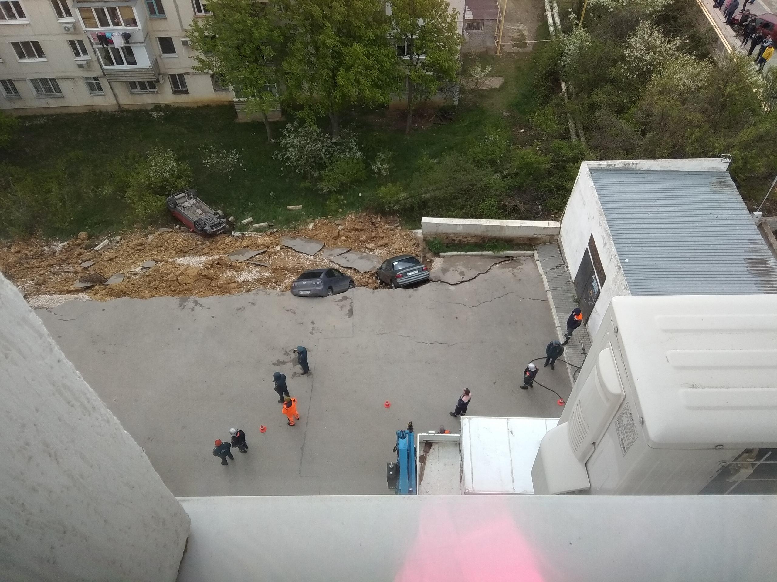 Парковка рядом с жилым домом превратилась в оползень