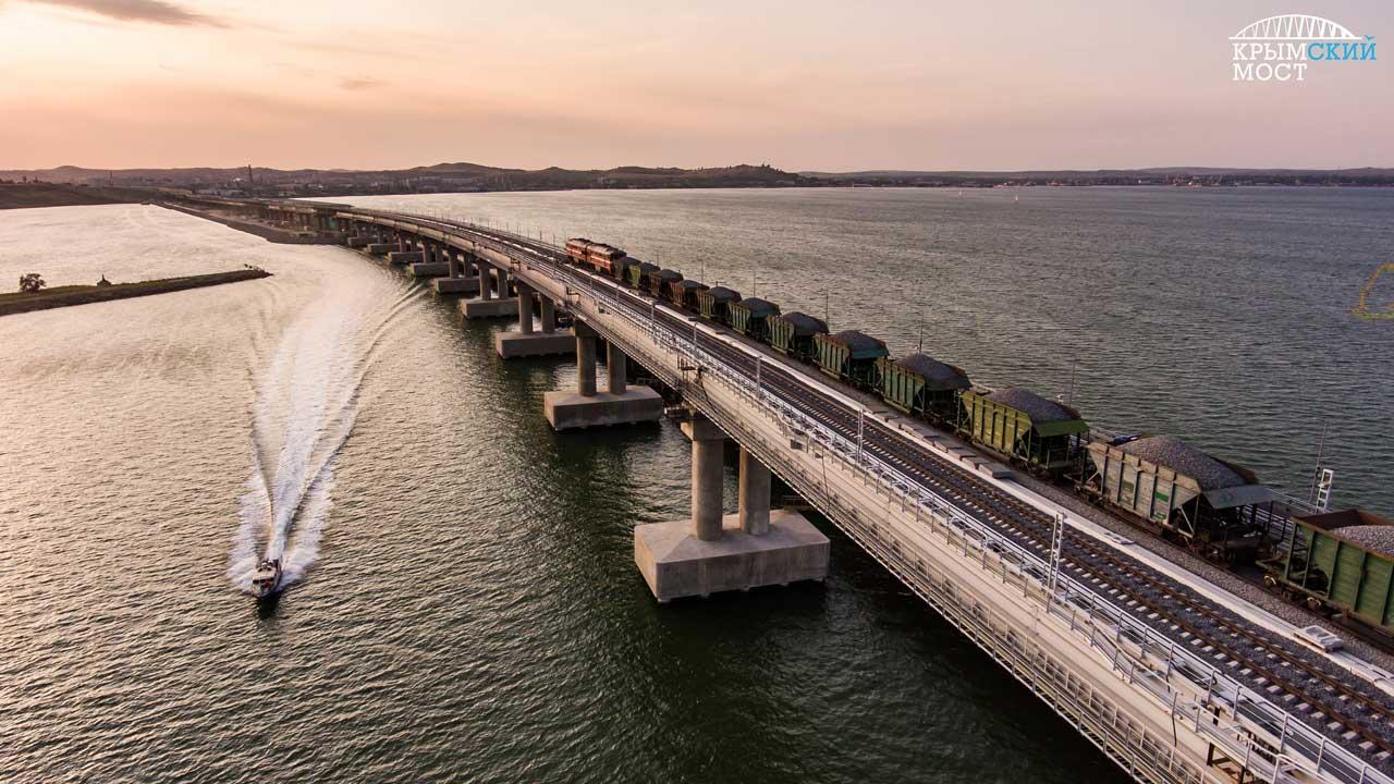Движение поездов по крымскому мосту началось с тестового заезда сегодня!