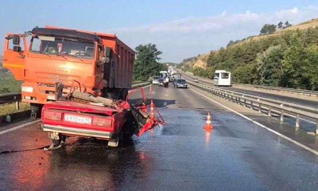 Авария с грузовиком превратила ВАЗ в «кабриолет» под Севастополем