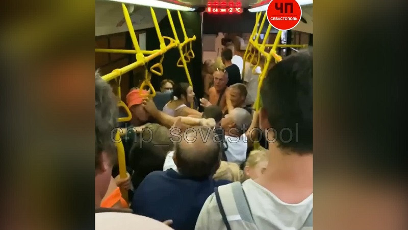 «Я тебя зарежу!». В севастопольском автобусе случилось побоище