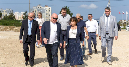 Михаил Развожаев и Елена Сиэрра посетили стройплощадку медицинского кластера