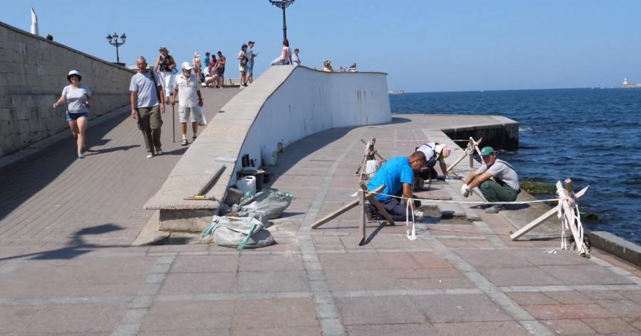На набережной Севастополя снова стали укладывать плитку