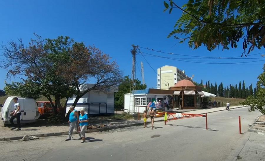 Набережную пляжа «Омега» в Севастополе превратили в пешеходную зону