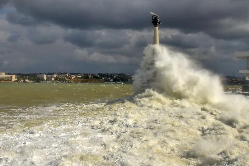 У Памятника затопленным кораблям в Севастополе шторм смыл в море девушку и подростка