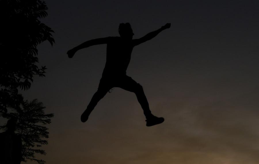 В Севастополе мужчина прыгал на крыше чужого автомобиля