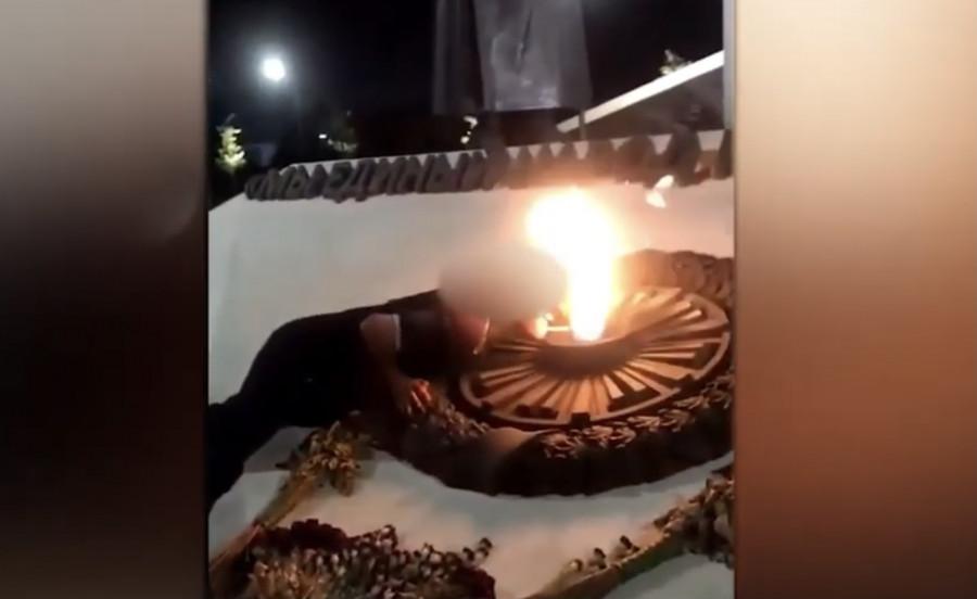В Севастополе подростки-хулиганы прикурили от Вечного огня