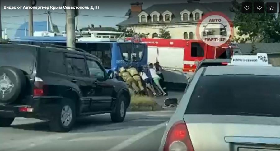 В Севастополе спасатели и прохожие толкали троллейбус с пассажирами
