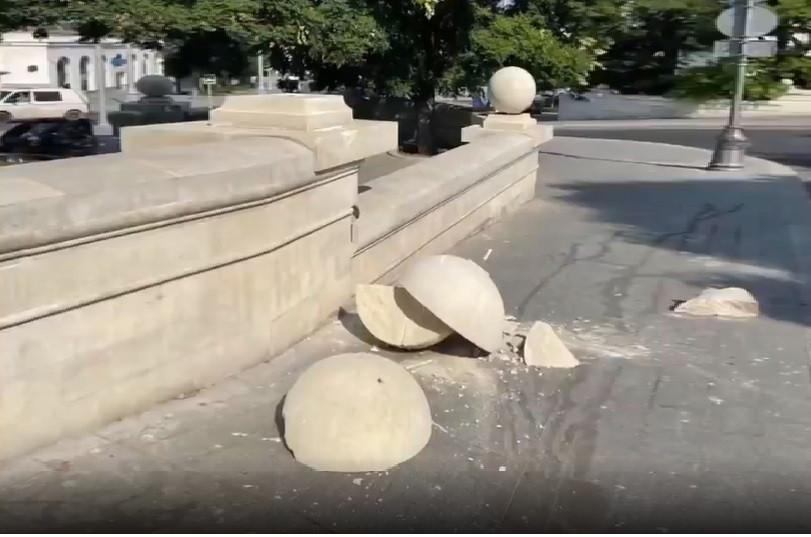 Вандалы разбили большой шар с парапета в центре Севастополя