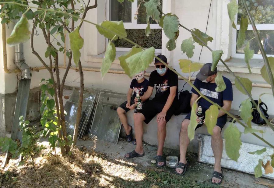 Под окнами жителей Древней в Севастополе у Херсонеса теперь обитают пьяницы