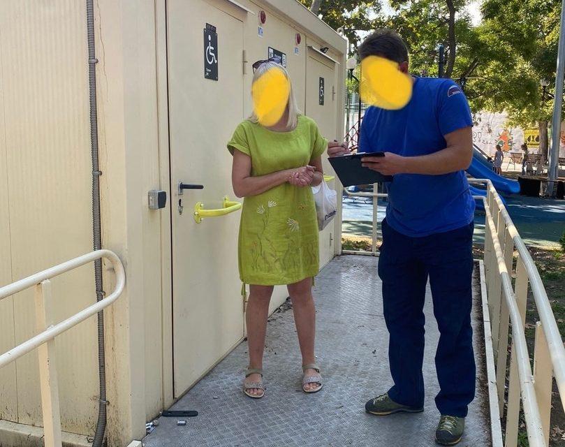 В общественном туалете Севастополя застряла женщина