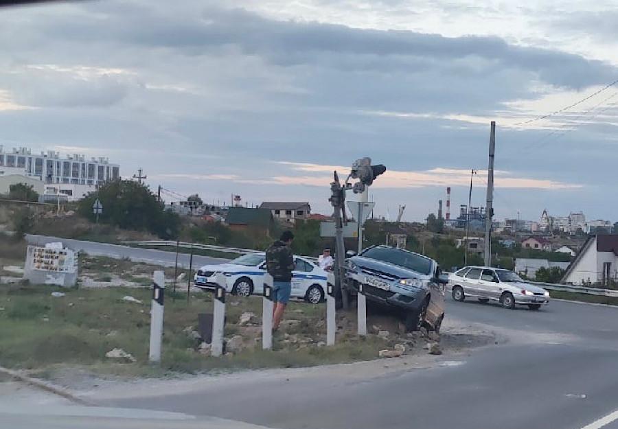 В Севастополе автоледи наскочила на железнодорожный светофор