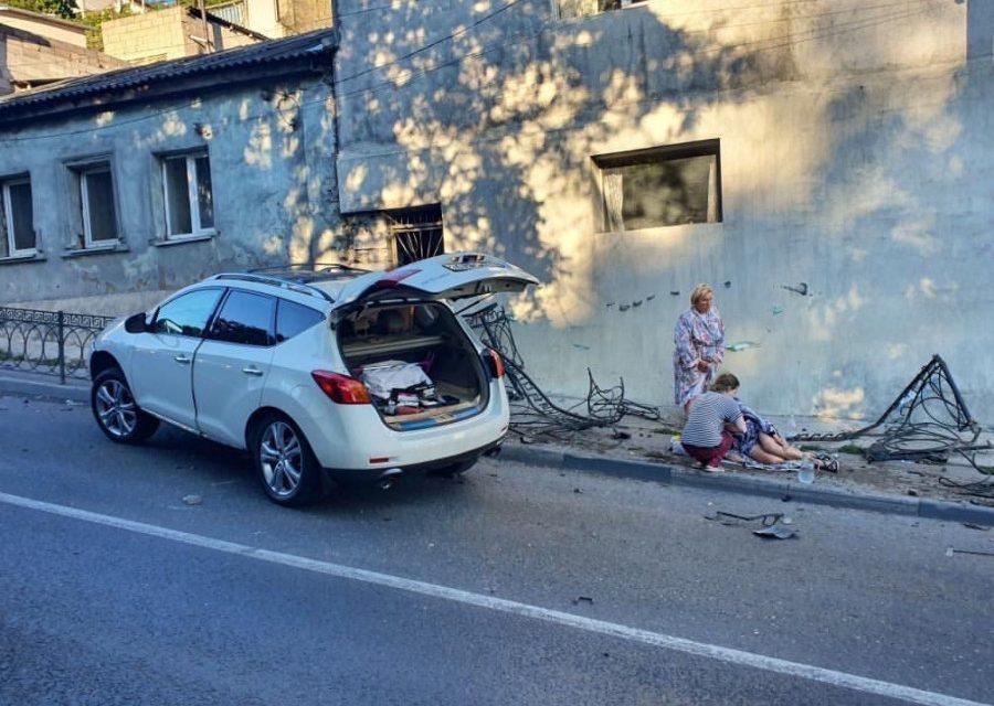 В Севастополе автомобиль снёс забор и пешехода