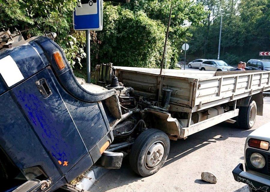 В Севастополе грузовик снесло в кювет