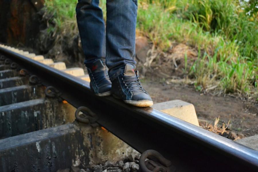 Жители Севастополя вынуждены скакать по железнодорожным путям